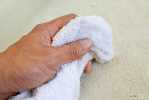 Vệ sinh thảm lót sàn nhà cho bé bằng khăn ẩm