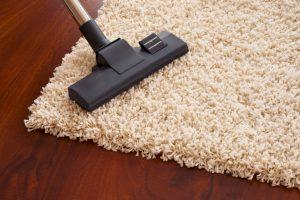 cách giặt thảm chùi chân hiệu quả là hút bụi trước khi giặt