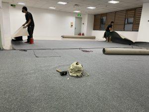 thi công thảm cuộn trải sàn